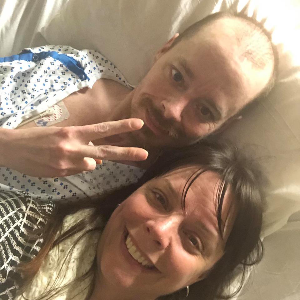 44歲的巴瑞特(上,Jay Barrett)畢生都在與囊狀纖維化對抗,在死忠民主黨姐姐布莉姬‧賀斯基(下,Bridgette Hoskie)安排下跟他通電話。圖取自臉書