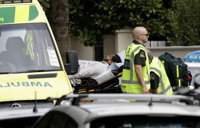 槍手闖進紐西蘭清真寺朝人群開槍,圖為一名傷者被送上救護車。(美聯社)