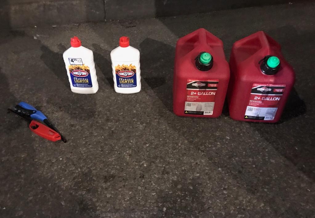 新澤西州男子攜帶四桶汽油、兩桶點火器用液體燃料和兩支打火機,闖入紐約曼哈頓的聖派翠克大教堂。(紐約警局推特)