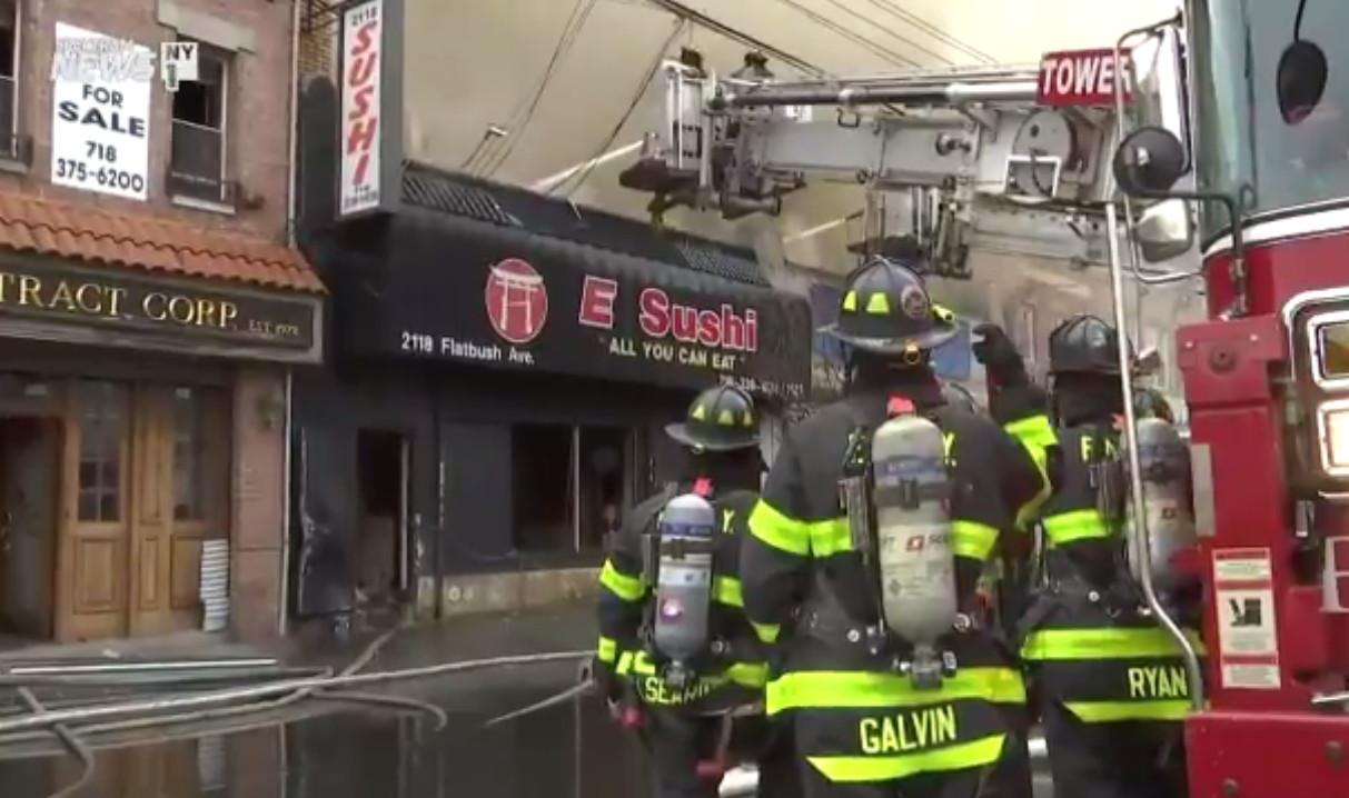 布碌崙(布魯克林)海軍公園(Marine Park)一家華裔經營的日餐店於17日上午發生五級火災,近200多名消防員前往滅火,最終於上午10時左右將火勢控制。圖取自影片截圖