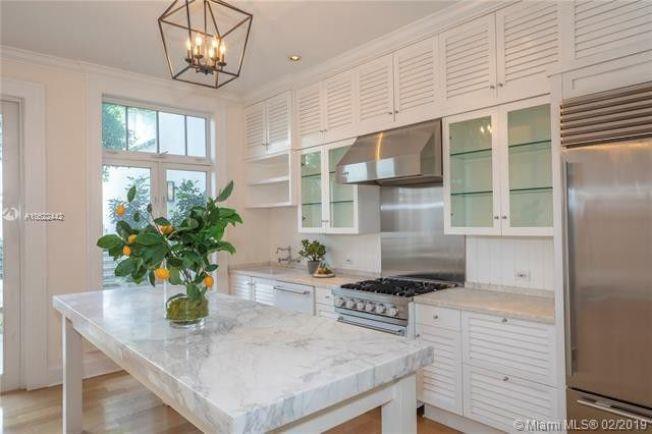 房屋質樸而明亮,擁有白色百頁窗和牆壁,整個廚房和浴室均鋪設大理石。(Realtor)