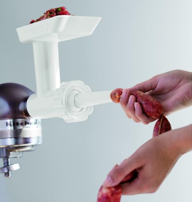 居家準備一台桌上型升降式攪拌機,連灌香腸都可以自己搞定。(圖:KitchenAid提供)