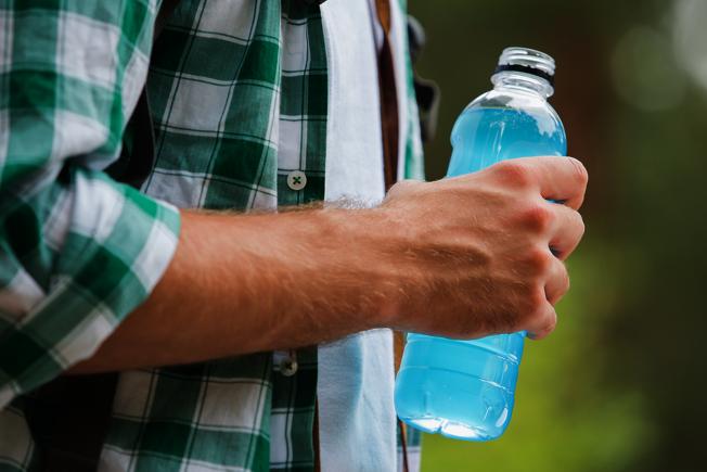 除了運動員外,若是從事戶外工作,例如建築工人或景觀設計師,都適合補充運動飲料。 (取材自ingimage)