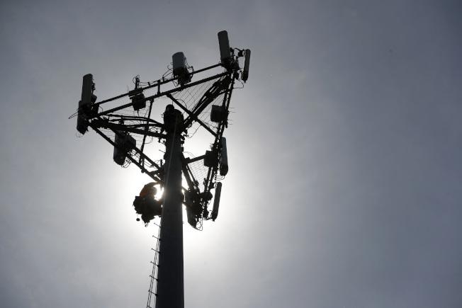 手機和無線通訊普及之後,騷擾電話隨之而來,從圖中的手機信號塔向四方傳播。(美聯社)