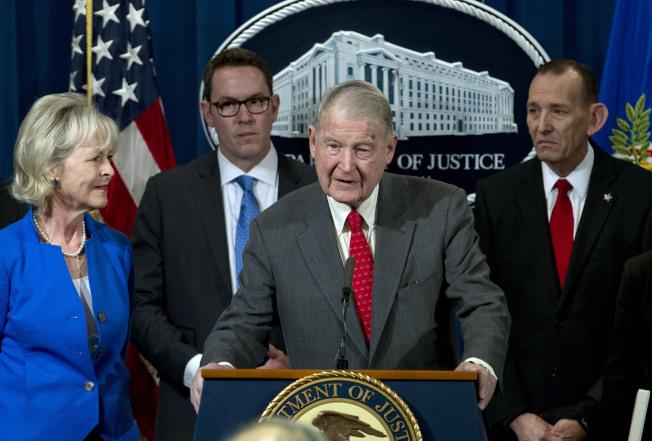 前聯調局及中情局長韋伯斯特(右二)也深受騷擾電話及騷擾電郵困擾。(美聯社)