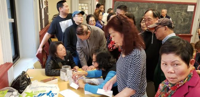 預購餐票的韓粉到會交錢取票,並抽桌次。(記者唐嘉麗/攝影)