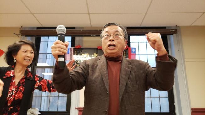 韓粉陳永茂建議與會者在餐會中呼口號。(記者唐嘉麗/攝影)