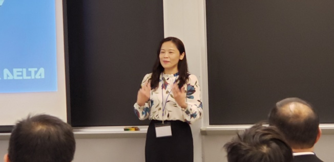 台達全球人才開發專案經理李樺倫在攬才說明會中做開場介紹。(記者唐嘉麗/攝影)