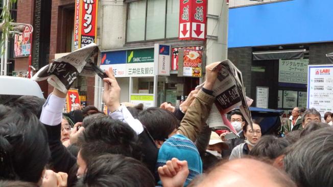 民眾在東京新橋車站瘋搶「新年號」號外。(記者蔡佩芳╱攝影)