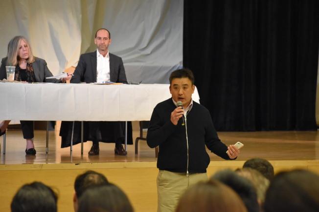 華人家長郭堅認為,市長不處理非洲裔、西語裔學生州考表現不佳問題,卻把焦點放在族裔多元化,並怪罪SHSAT。(記者顏嘉瑩╱攝影)