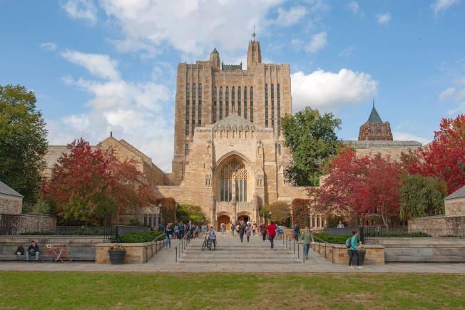 耶魯大學教學大樓巍峨壯觀。(校友董冠亨提供)