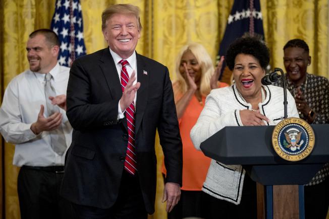 川普總統1日在白宮舉行監獄改革峰會。圖為模範受刑人艾莉絲‧強生(右)上台致詞;她因涉嫌毒品犯罪而被判處無期徒刑,服刑21年後在實境女星「豐臀金」金卡達夏遊說下,被川普減刑而在去年獲釋。(美聯社)