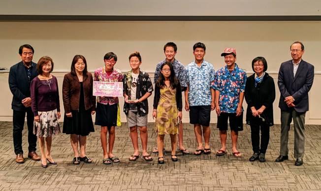 聖地牙哥中華學苑「卡拉OK大賽」由學分班二甲「對面的女孩看過來」奪冠。(記者陳良玨/攝影)