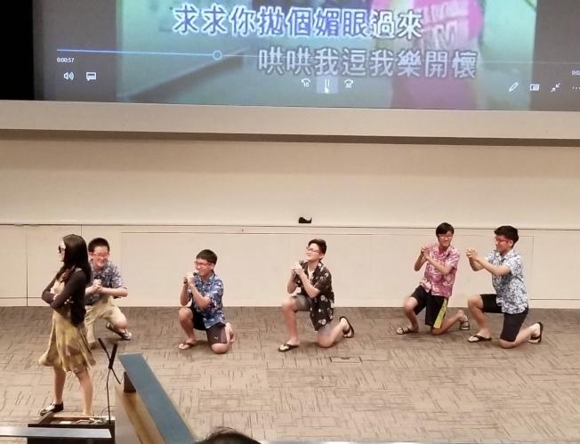 中華學苑「卡拉OK大賽」,學生表現出色,可愛活潑。(記者陳良玨/攝影)