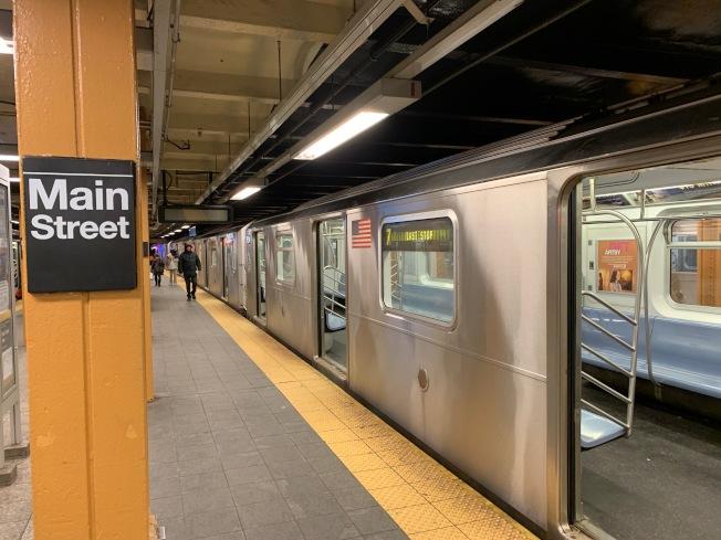 MTA宣導民眾等車時不可超越黃線,更要謹記「後退」、「 求救」、「 別管它」三大安全要訣。(記者賴蕙榆/攝影)
