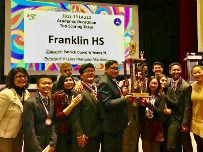 富蘭克林高中隊和吳曉珺(右四)贏得2019洛杉磯學區學術十項全能競賽團隊冠軍。(學區提供)