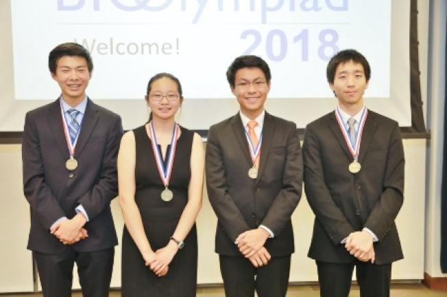 黃馳原(左一)入選2018美國生物奧林匹克代表隊。(家長提供)