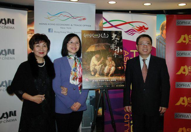香港駐紐約經濟貿易辦事處處長朱瑞雯(左二)、中國駐芝加哥總領館黃黎明副總領事(右一)出席亞洲躍動影展與獲頒「職業成就獎」的鮑起靜(左一)合照。