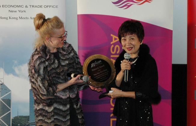芝加哥文化事務與特別活動室副主任Maggie Cullerton Hooper (右)頒發亞洲躍動影展[職業成就獎]給鮑起靜(左)。