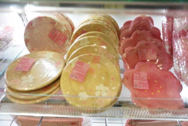 大创百货的樱花纸盘。(记者王若馨/摄影)