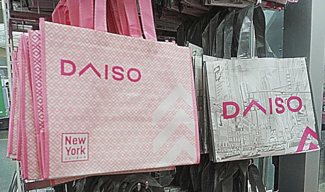 环保购物袋是纽约大创的独家商品。(记者王若馨/摄影)