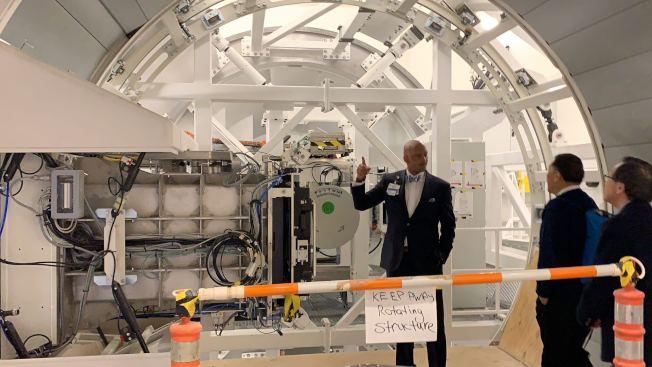 該中心有兩間質子治療室,分別有一台重九噸的儀器,可以360度轉動,提供患者全方位的治療。(記者張筠/攝影)