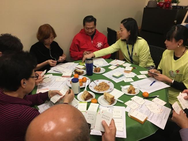 安寧緩和療護華語志工與華裔民眾探討生命末期,幫助他們了解生命的必然歷程。(陳明慧提供)