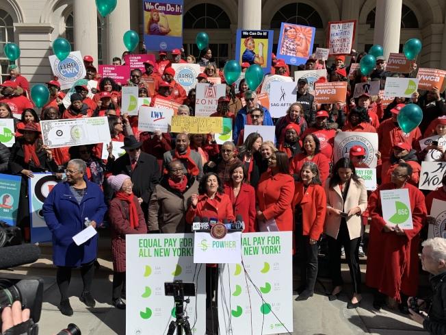 PowHerNY等維權組織及民選官員2日在市政廳前集會,要求市府消除兩性工資差距。(記者和釗宇/攝影)