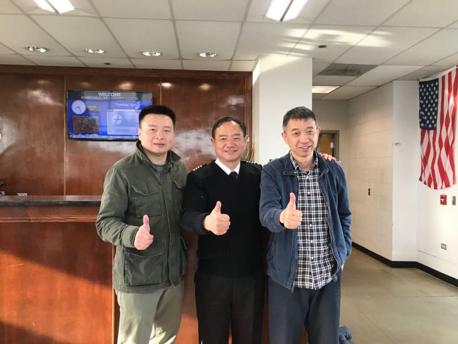 張博(中)4月2日在芝加哥開啟第二次環球飛行,李湘宏(左)、王堅(右)同行第一程。(記者董宇/攝影)