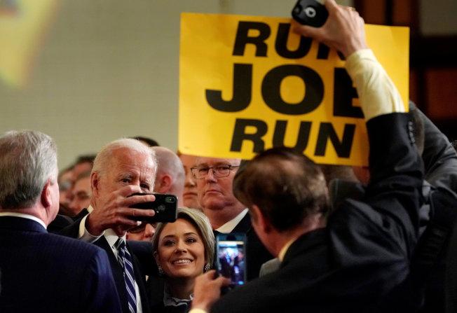國會眾院議長波洛西建議前美國副總統白登,與女性要保持距離。圖為白登(左二)上月中旬出席一項活動時,與在場的女性玩自拍。(路透)