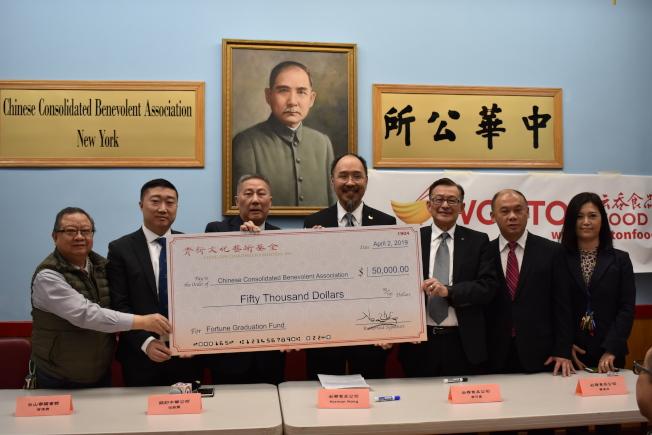 雲吞食品公司2日捐贈5萬元給中華公所「畢業鼓勵金」,鼓勵華裔學子學習中文。圖左至右為黃達良、曾偉康、伍銳賢、黃本勁、李可星、黃本立和王憲筠。(記者顏嘉瑩/攝影)