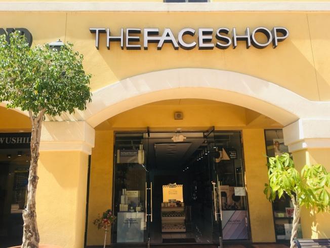 全统广场内的化妆品店The Face Shop华裔员工表示只知道近期销售税会上涨,但并不知道从哪一天开始涨。(记者林佩锦/摄影)
