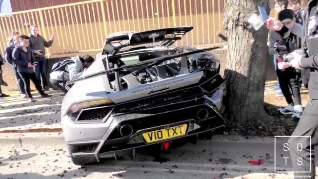 藍寶堅尼Huracan Performant車尾災情慘重,幾乎全毀。(取材自YouTube)