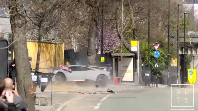 藍寶堅尼Huracan Performant急加速後打滑向左急轉,撞上路樹後再撞上牆壁。(取材自YouTube)