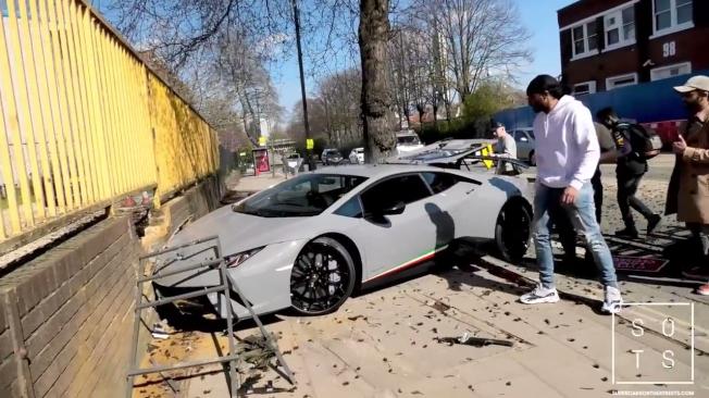 千萬超跑幾秒內變成廢鐵,車頭右方嚴重受損。(取材自YouTube)