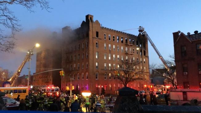 7大道一間公寓爆發六級大火,火勢蔓延至隔壁公寓。(記者顏潔恩/攝影)