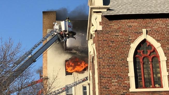 大火蔓延燒至樓下單位。(記者顏潔恩/攝影)