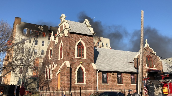 7大道一間公寓發生五級大火。(記者顏潔恩/攝影)
