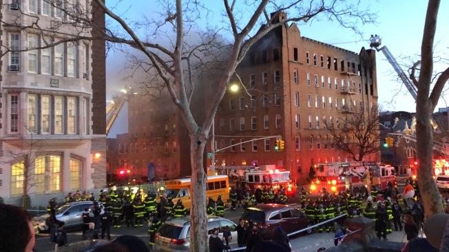 7大道一間公寓爆發六級大火,火勢更蔓延至隔壁公寓。(記者顏潔恩/攝影)