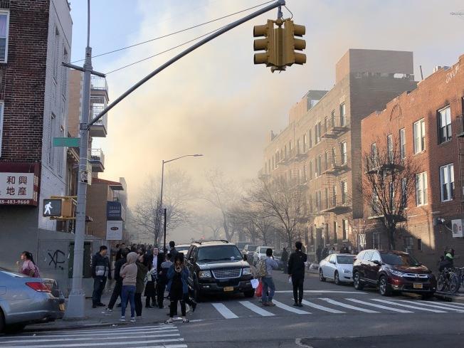 濃煙從火災地點蔓延到周邊地區。(記者顏潔恩/攝影)