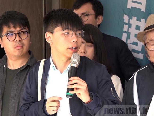 「香港眾志」表示,秘書長黃之鋒早上在街道上突然被推上私家車被捕,現被押往灣仔警署總部。(取材自香港電台)