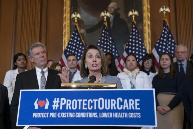 民主黨眾院議長波洛西(中)在國會誓言捍衛歐記健保。(美聯社)