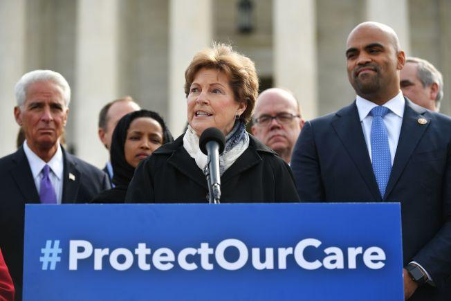 民主黨國會議員在最高法院前誓言捍衛歐記健保。(Getty Images)