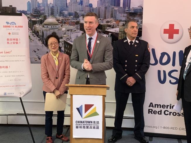 紅十字會大紐約地區分會總裁洛克伍德表示,安裝煙霧警報器能夠將火災中致死的風險降低一半。(記者和釗宇/攝影)