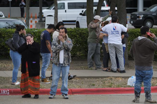 國土安全部在德州一家工廠逮捕了280名無證移民,被逮捕者的親友到達拉斯移民及海關執法局打聽情況。(美聯社)