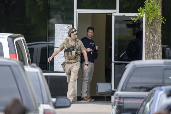 國土安全部在德州一家工廠逮捕了280名無證移民,圖為全副武裝的移民執法官員把守工廠門口。(美聯社)