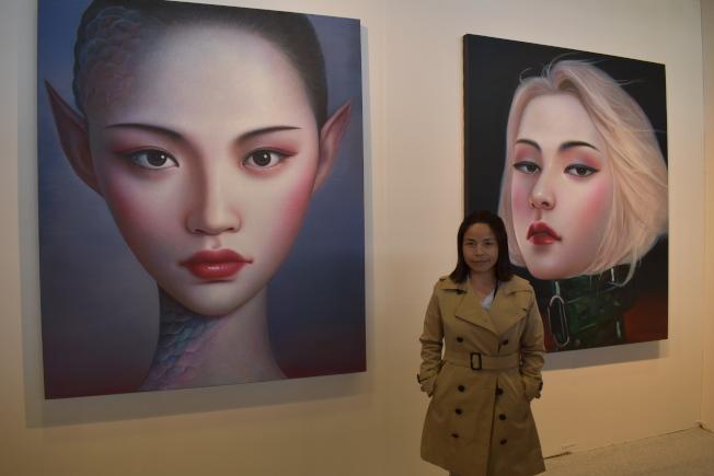 北京蘇蒙畫廊帶來畫家張向明的六幅人像畫「北京女孩」。(記者顏嘉瑩/攝影)