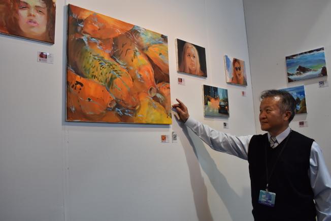 游輝雄的十多幅「概念畫」,打破傳統風景、人像畫間的藩籬,挑戰參觀者的視覺感官。(記者顏嘉瑩/攝影)