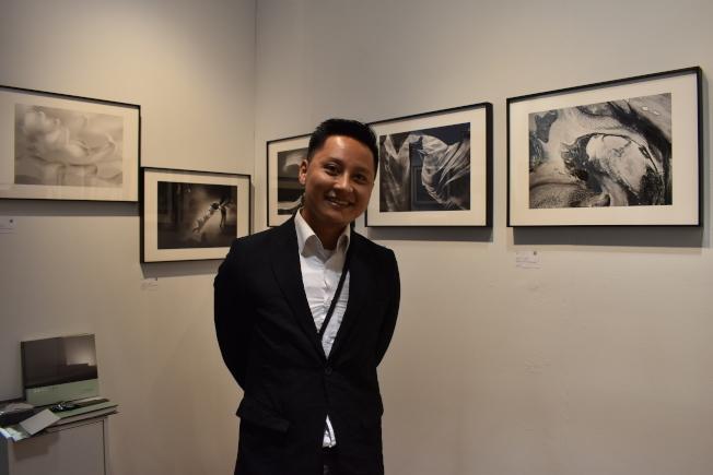葉皇良介紹台灣攝影師阮偉明的八件攝影作品「流形」系列。(記者顏嘉瑩/攝影)