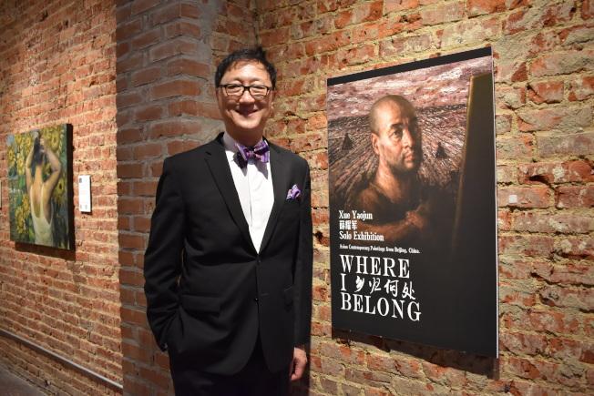策展人方Edward希望透過展覽,向主流社會推廣華裔藝術家作品。。(記者顏嘉瑩/攝影)